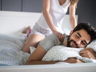parteneri care fac un masaj in cuplu